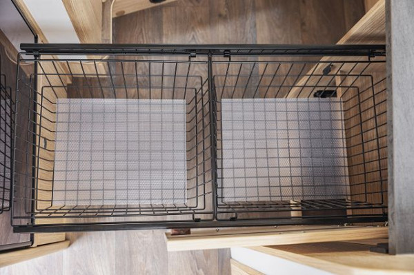 Küchenauszug inkl. zwei Drahtkörben und Antirutschmatten